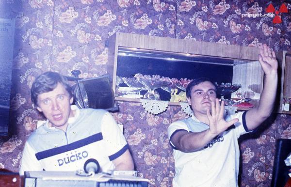 Diskjockeyene en lørdagskveld i Kulturpalasset før katastrofen.