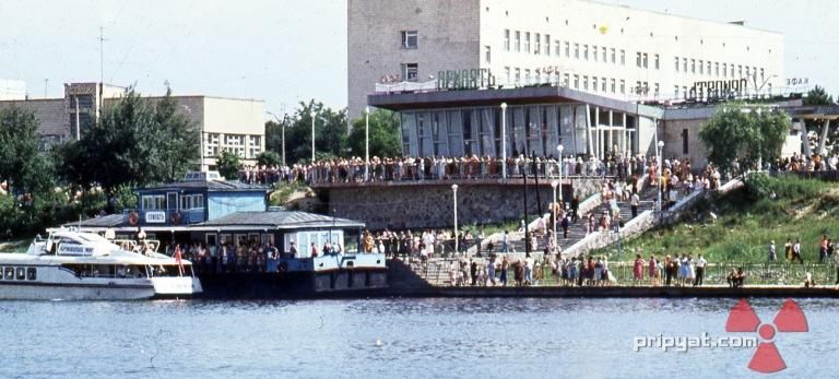 Fullt folk utenfor Kafe Pripyat før tragedien inntraff.