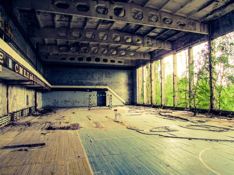Idrettshallen med trappen opp til tribunene.