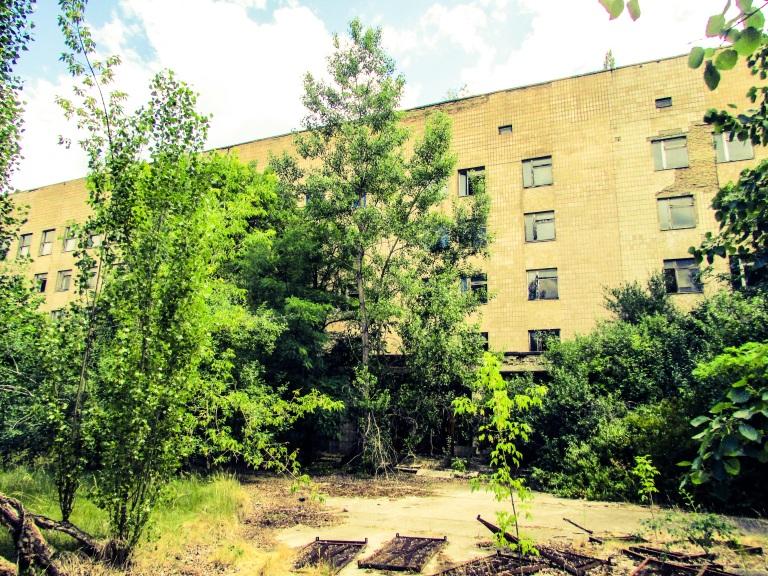 Sykehuset i Pripyat i dag, fotografert fra omtrent samme sted.