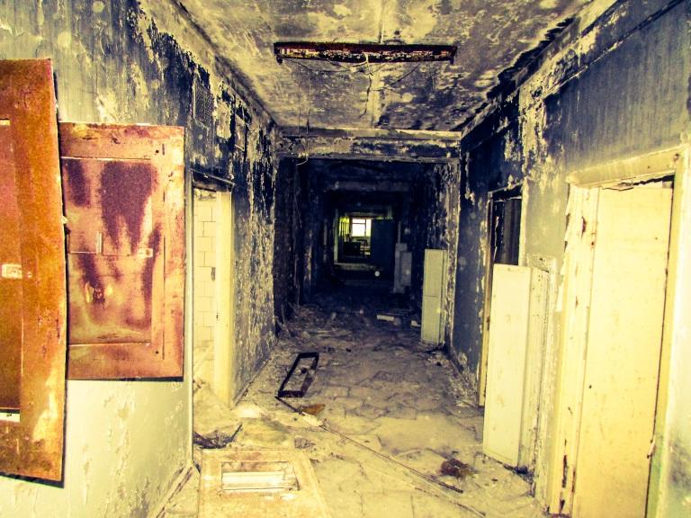Nedover en av korridorene på sykehuset.