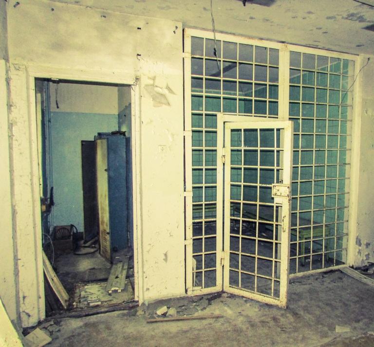 En av cellene på politistasjonen. Trolig fyllearresten.