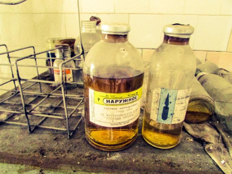 Nærbilde av to medisinflasker.