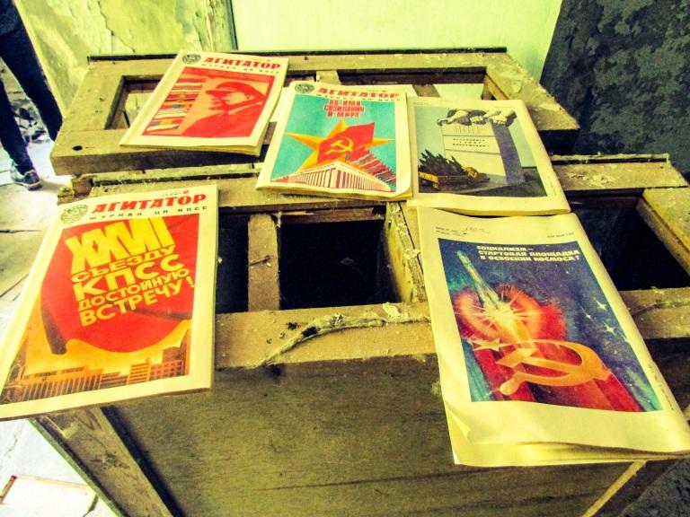 Blader fra 1986 ligger på et av bordene.