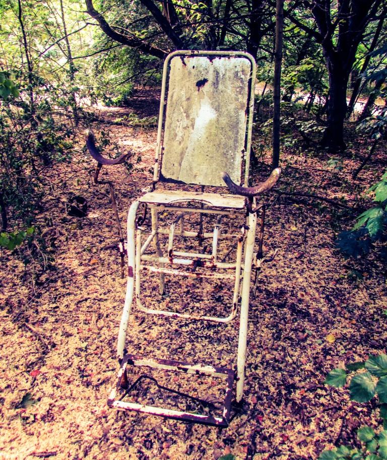 Noen har satt ut en gynekologstol utenfor sykehuset i årene etter katastrofen.