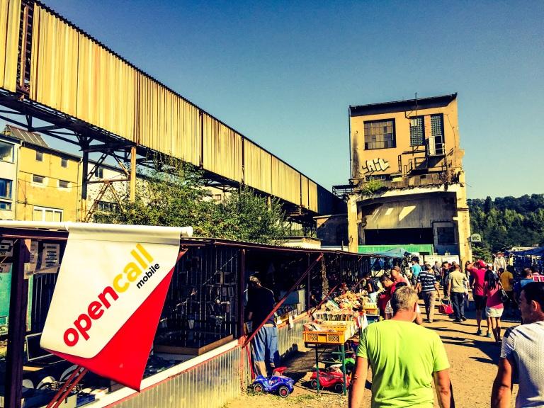 Loppemarkedet foregår på et gammelt industriområde og man ser fortsatt rester av fabrikkbygningene.