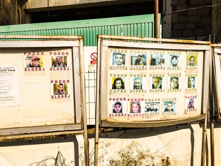 Rett etter at man kommer inn på loppemarkedet er det tavler med bilder av personer man skal passe seg for.