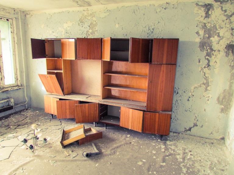 Reol inne i en av leilighetene i den 16 etasjers høye bygningen.