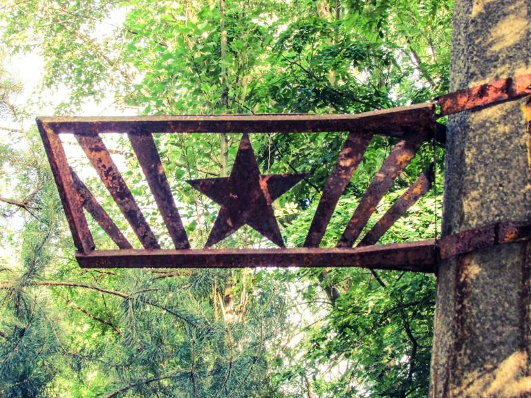 Navnene er borte på de fleste av gateskiltene, men den røde stjernen står igjen.