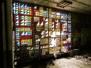 Som modellby var Pripyat utsmykket med kunst mange steder.  Her de abstrakte glassmaleriene inne i kino-foajeen.