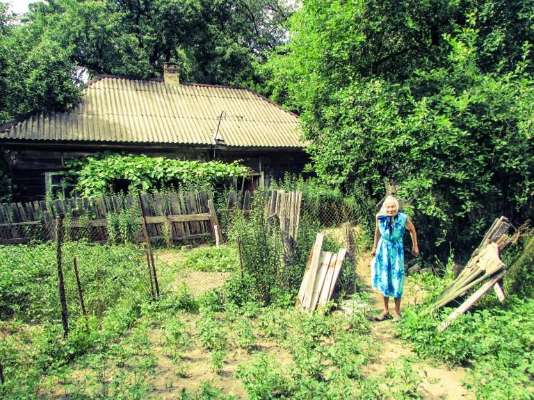 Rosalie foran huset sitt, som bestefaren bygget i 1941, samme år som tyskerne okkuperte området der landsbyen ligger.