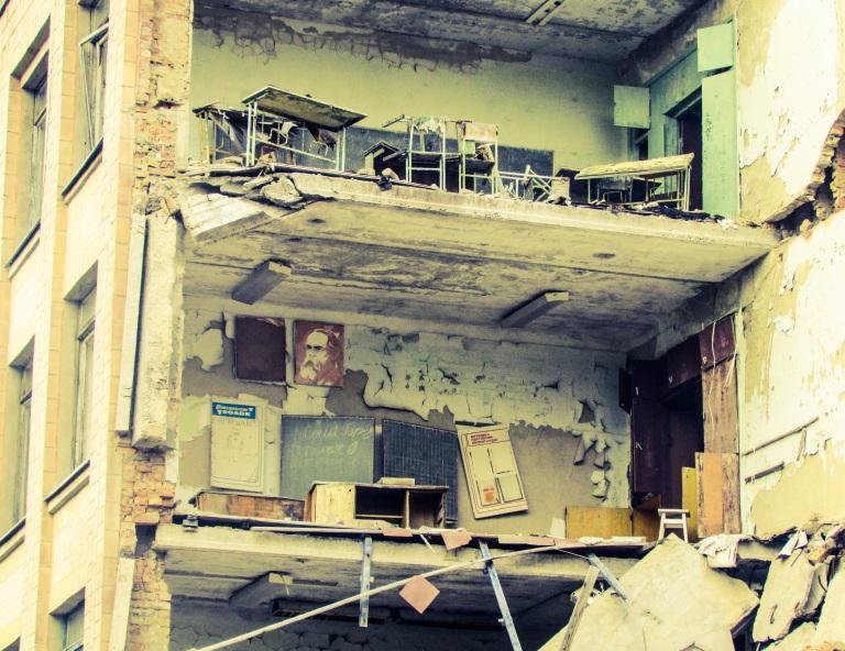Da skole nummer en kollapset i 2012 kom klasserommene til syne, som dette med kateter, plansje og Marx-plakat.