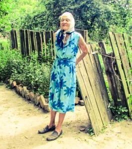 Rosalie poserer for fotografen ved døren inn til hagen sin.