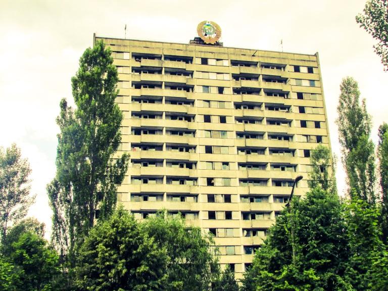 De høyeste blokkene i Pripyat - som denne - var på 16 etasjer. 9 og 16 etasjer var standardhøydene på boligblokker i Sovjetunionen. Grunnen var at det ble bygget to typer stigebiler for brannfolkene. Den ene biltypen hadde stiger som var 9 etasjer høye - den andre kunne hente ned folk fra 16. etasje.