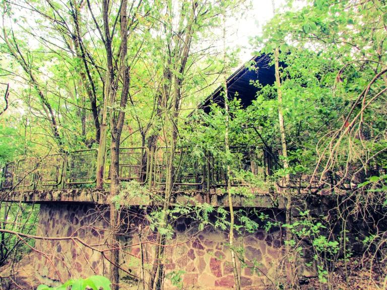 Kafe Pripyat fra forsiden, med den tilgrodde terrassen.