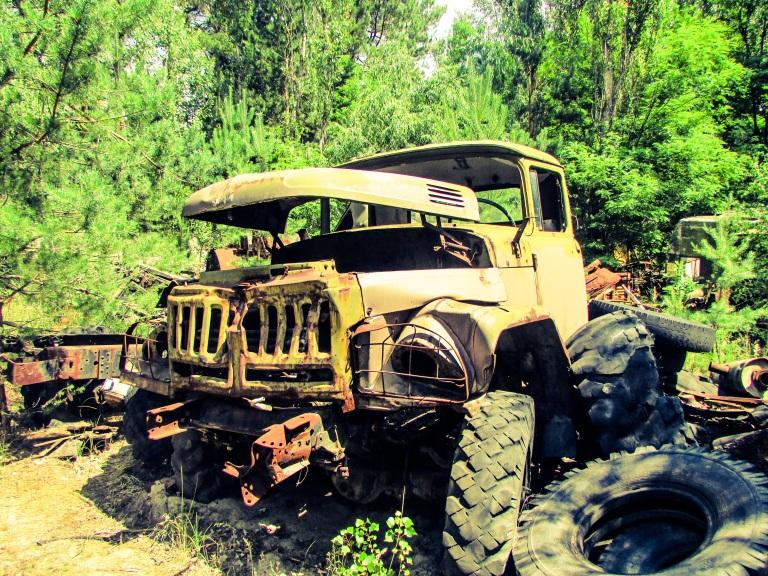 De fleste bilene ble brukt i evakueringen i 1986, men de bilene som var til reparasjon er blitt stående igjen.