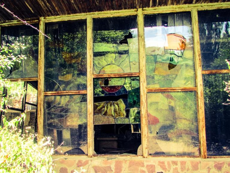 Ett av glassmaleriene sett fra utsiden.