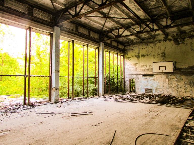 Basket- og håndballbanen i Sportshallen.