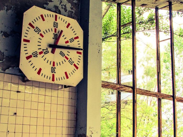 Klokken har stoppet inne i svømmehallen.