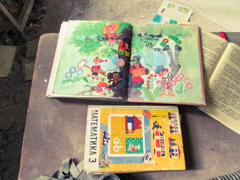 Noen av bøkene som ble etterlatt på en av pultene.