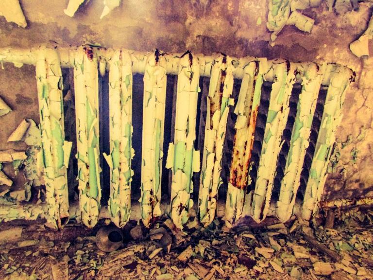 Tidens tann har fått malingen til å flasse av på radiatoren.