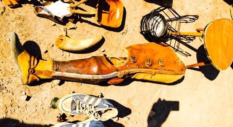 En 80 år gammel benprotese var kanskje den mest spesielle gjenstanden på hele loppemarkedet. Pris: 2500 norske kroner.
