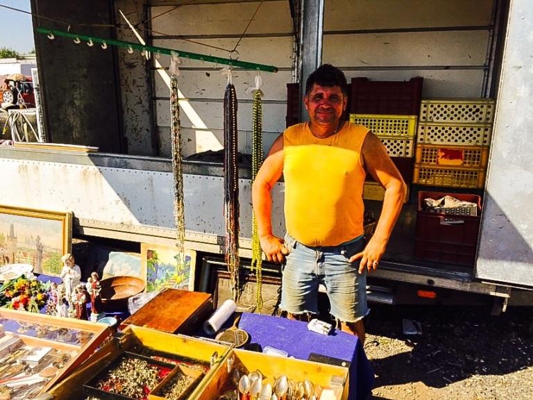 Toni er en av gjengangerne på loppemarkedet. Hver helg kommer han med varebilen sin og legger frem varene sine for salg.
