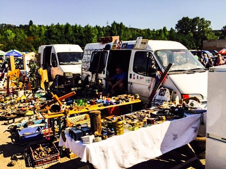 Mange av selgerne kommer i varebiler fulle av varer.