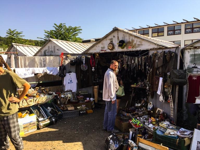 Noen av selgerne har permanente boder der varene oppbevares mellom helgene.