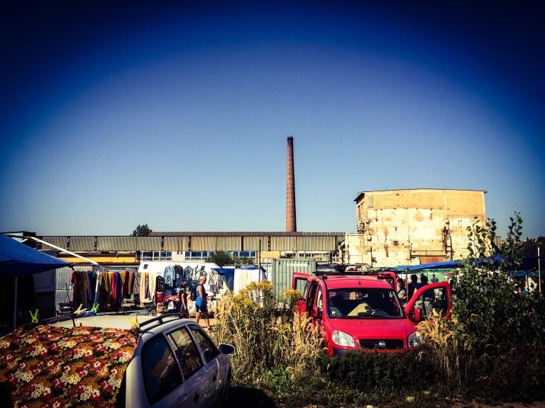 Fabrikkpiper og ugress er rammene rundt Øst-Europas største loppemarked.