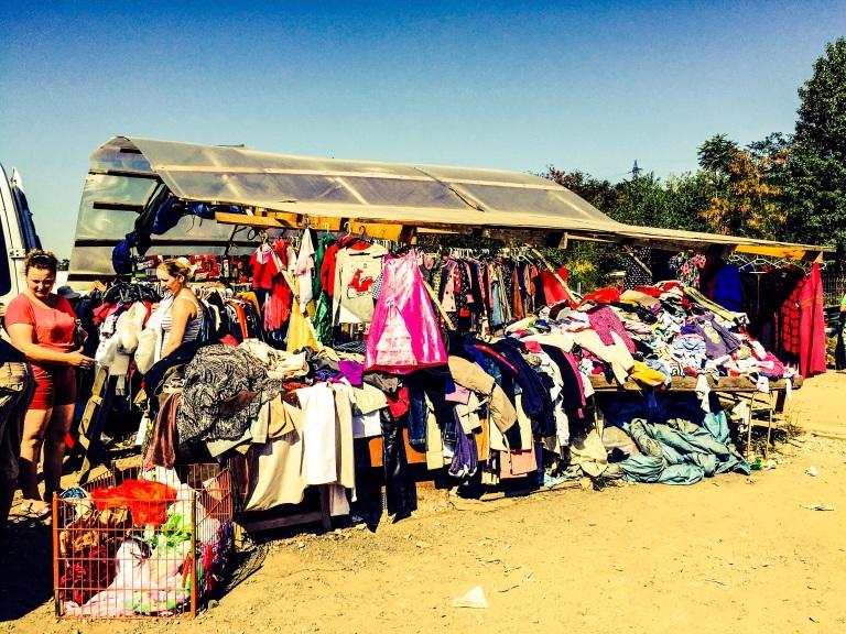 Mange av klærne på loppemarkedet ser om mulig enda mer glorete ut i virkeligheten enn på bilder.