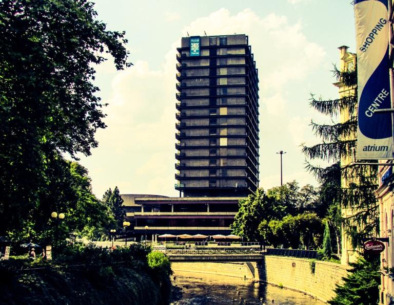 Dessverre fikk også kommunistregimet i Tsjekkia lov til å sette sitt spor på byen før det falt i 1989.