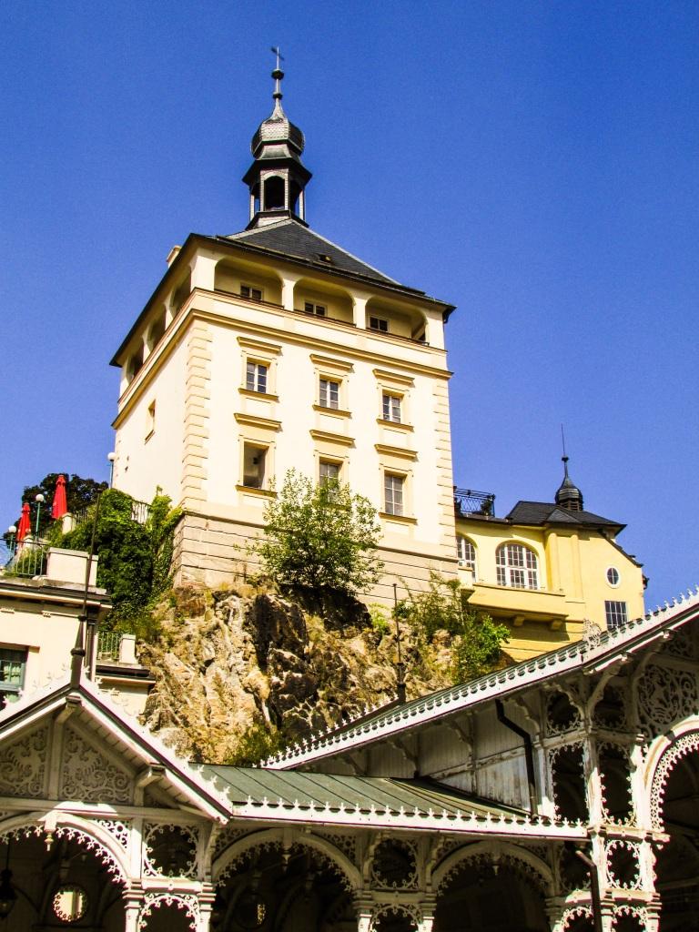 En gang var det en borg i Karlovy Vary. Nå står bare tårnet igjen.