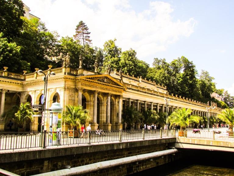 Kildene med det helsebringende vannet er bygget inn i de berømte kolonnadene, der Møllekolonnaden er den mest kjente.