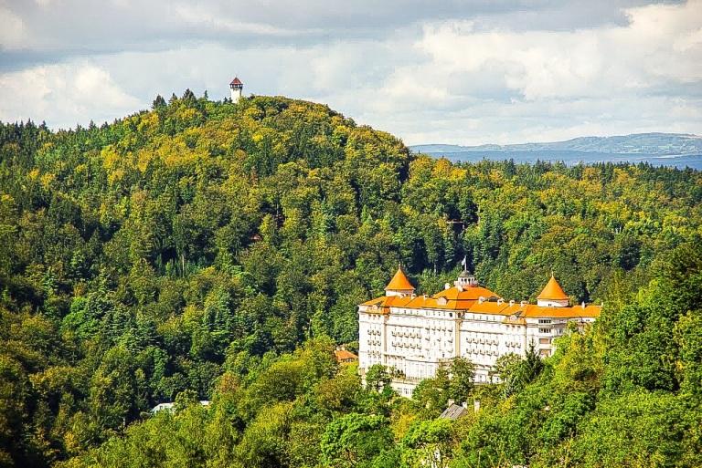 Hevet over Karlovy Vary som et virkelighetens