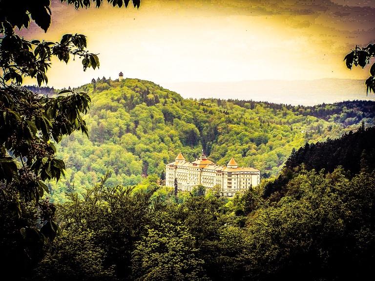 Når man kommer over Erzgebirge på veien til Carlsbad er Hotel Imperial det første man får øye på.