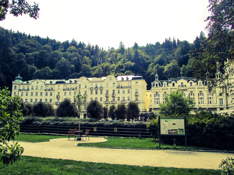 Grandhotell Pupp med aner tilbake fra 1700-tallet. Hotellet var med James Bond-filmen Casino Royale.