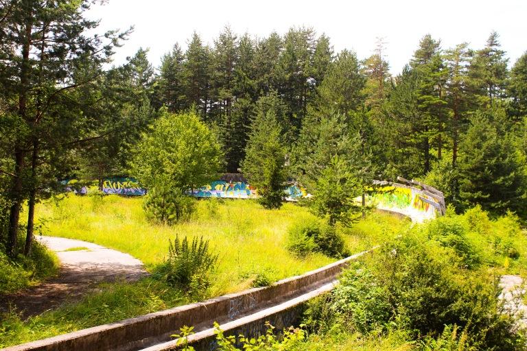 Bobbanen slynger seg nedover fjellet i en grønn sommeridyll.